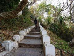 国立博物館の向いの「プーシー」と呼ばれる丘に登ります。 階段は328段。