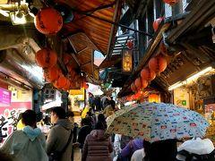再び台湾鉄道に乗り込み、九分へ。 雨+混雑で道を進むのも大変でしたが、異国情緒ある街並みを散策できました。 今度は、晴れた日に回ってみたいですね。  帰りは、ホテルのある忠孝復興駅まで行くバスがあることを知った私たちは、バスで台北市内まで帰ってきました。行きもバスでいけばよかったなーと思いました。