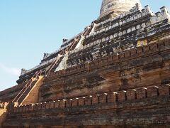 シュエサンドー・パゴダ  仏塔は中に入れません。 こちらは仏陀の遺髪が収められているといわれています。