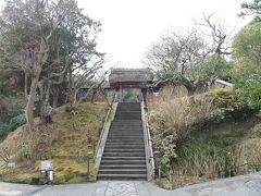東慶寺 山門  北鎌倉駅からスタート、まず最初に東慶寺へ。 ご覧のように、人影は見えず空いているようです。 (と思ったら、歩こう会(?)の団体さんが20名ほど現れて、ガヤガヤと)