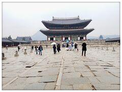 景福宮(キョンボックン) 景福宮駅5番出口すぐ 入場料3,000ウォン たまには観光w 6年ぶりくらいに来た(^^) 雨だったけど意外と人が多いし、チマチョゴリ着てる人もけっこういた!