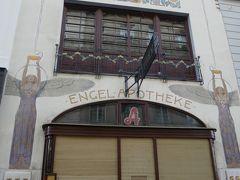 その中でも有名なのはエンゲル薬局。 大理石とモザイクづくりの美しいエンゲル(天使)2体が装飾されている。 ウィーンはこの他バロックやゴシック建築も素敵なものがあり街歩きが楽しい街。