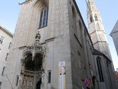 橋から少し歩いたところにあったのはウィーンで二番目に古いマリア・アム・ゲシュターデ教会。 ウィーンに現存する数少ないゴシック様式の教会でもあり、近くから見ると聳え立つ白い尖塔がとても美しく女性的。