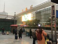 ☆上海駅☆ いつもだいたい計画通りに進むのに、今回の蘇州は失敗だらけ。残念でなりません。 しかし水墨画の様な蘇州の景観には大満足です。上海とは全く違う中国を見れて、行ってよかった。25分程度で上海駅に到着。地下鉄を乗り継ぎ人民広場からホテルへ向かう。
