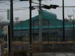 富士山のような形の屋根がある体育館が