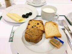 おはようございます! 今日はフランクフルトを出発して、ローテンブルクへ向かいます。  ホテルの朝ごはんは、パンとチーズ、オリーブを選びました。 (ブルーチーズもあったのですが、勇気がなく…)