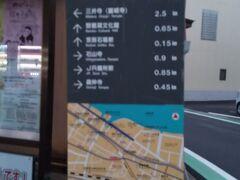 「松本二丁目 道案内」6:32通過。 石場駅近くの分岐点です。Y字路左側の道で、ワインショップ側の道を進みます。