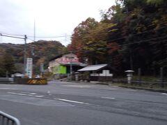 「逢坂山関所の分岐点」7:17通過。 右の脇道に入ります。