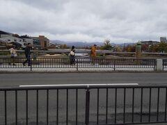 「三条大橋なかほど」9:49通過。 「旧東海道の起点の何かモニュメント」探したのですが見当たらず???一応三条大橋を渡ってみる。