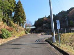 福成寺の仁王門が見えます。ここを真っすぐ行けば福成寺、さらに徒歩で東広島天文台まで行かれます。車の場合はここを右に曲がれば天文台です。