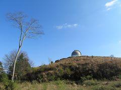 福成寺の仁王門から入った参道を真っすぐ進むと、「屋根付き橋」の前を過ぎた辺りで、前方の山の上に東広島天文台のドームが見えてきます。また、このドームのすぐ手前の斜面には福成寺旧境内遺跡(古墓群)があります。