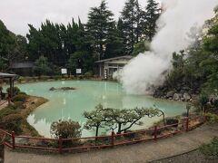 白池地獄 和風庭園と青白い温泉
