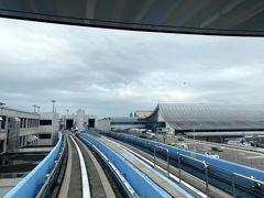 搭乗時間になってる搭乗券を握りしめて降機しました。  降りた場所で係員が待っていてくれるとを期待したのですが虚しくも待っていてはくれませんでした。  仕方ありません。 一人で走ります!  しかもターミナル変更でモノレールに乗らねばなりませんでした。