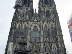 大聖堂の写真をカメラに収めようと、正面に回り、全体が入るところまで後ずさり。 改めて思います。大きい!