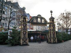 昨日、道の先に見えていたアルターマルクト(Alter Markt)のクリスマス・マーケットにやって来ました。 門が凝っている!