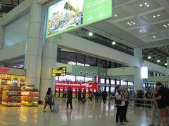 夕方の飛行機の予約が取れたので、今日のうちにダナンへ出発することに。 タクシーでノイバイ空港へ。
