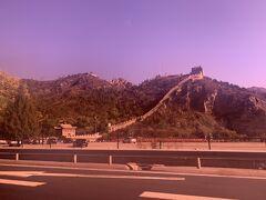 さて、北京市内から車で1時間半くらいのところにある「八達嶺長城」へ向かいます。近づいてくると車の窓から長城が見えてきました。