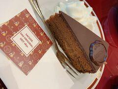 次はザッハーへ ケーキのみの利用だったので、1階のカフェスペースへ案内されました。  ザッハトルテはもちろんチーズケーキも美味しかったです。 デーメル vs ザッハー のザッハトルテ対決、個人的にはザッハーに軍配が上がりました。