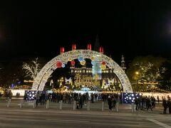 ウィーンについたらまずはクリスマスマーケットへ 市庁舎前に向かいました。 地下鉄の駅を出て人波に乗って歩いていると きらっきらのイルミネーションが見えてきます!