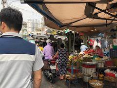 タンディン市場。人が多くてにぎやかです。  観光客だけじゃなくて、客は地元の人が多い感じです。  人がやっと行き違えるくらいの幅の道を、バイクがぐいぐい通ります。