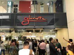 SMストアの道路挟んだ隣がGloriettaという巨大ショッピングモール。2階からなら高架通路でつながっています。