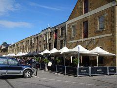 サラマンカプレイス(1830~1840年に建設) 港沿いの倉庫群で、今はレストランやアンティークショップなどに使われています。