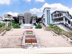 沖縄観光ではずせない美ら海水族館に来ました。 水族館のチケットは空港の観光案内所やレンタカー店、コンビニなどで割引で事前に購入できます