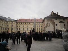 プラハ城 第三の中庭  オベリスクとセント ジョージの記念像もあり、、 ツアー客を始めとする多くの観光客で賑わっています、、  写真握側には聖ヴィート大聖堂があり、 カメラを向けている人たちは聖ヴィート大聖堂の南塔の時計を撮影中、、