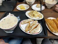 中正紀念堂駅から10分ほど歩くと,住宅街に黄色い看板の「鼎元豆漿」が。 営業は朝の4時から11時半まで。 豆漿(トウジャン)という豆乳スープを目当てに,私たちは9時ごろに伺いました。混雑はしていたものの,待ち時間少なく店内に入れました。 当店は日本語のメニューがありません! 私たちは,事前に食べるものを決めていたので,何とかなりましたが,行かれる方はご注意ください。