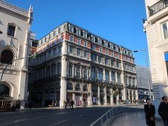 まっ、そこまでひどくないのかもとポジティブに捉えたsukeco(笑)。  出発です!!。  ホテルをパチリしちゃいます。ホテルと「ロシオ駅」(左の建物)の間がホテルの車寄せです。気づきにくいー!!!。