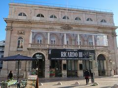 「ロシオ広場」にある「ドナ・マリア国立劇場」です。  こちらは横の部分です。 横から見ても豪華に感じますが、夜になるとライトアップされ、よりキレイになりますよー。  美しいファサードを持つドナ・マリア2世国立劇場。2度火災に合い、今の劇場は1978年に再建されたそうです。  「カフェ」が併設されています。