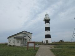 入道崎灯台・左手の建物で灯台の見学料を納めて、灯台へ上りました。建物の中には色んな展示物があるので後で見ました。