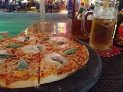 レッドピアノに入りました。ピザとビアです。カンボジア料理じゃないけど、ピザ食べたくて(笑)