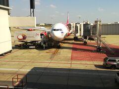 ドンムアン空港定刻にて到着でした。写真はエアアジアXですね。今日のバンコクは良い天気です(^^)