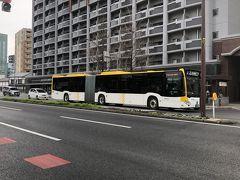 2020年1月27日(月)   福岡市内を連結バスが多く走っています。すべてのバス停に止まる訳ではありません。スイカでタッチすれば、後ろの方からでも出られます。現金の方は運転手さんのいる前扉から。
