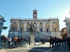 ミケランジェロが設計したカンピドーリオ広場にやってきました。 カピトリーニ美術館はこの広場に面して立っています。 広場の奥が市庁舎、左右の建物が美術館です。 広場中央にはマルクス・アウレリウスの騎馬像のレプリカがありますが、本物は美術館の中で見られます。