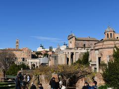 こちらはフォロ・ロマーノからヴィットーリオ・エマヌエーレ2世記念堂方面を見た写真です。 ヴィットーリオ・エマヌエーレ2世はイタリア統一を成し遂げ、1861年に初代イタリア国王になった人物です。 古代から近代まで、歴史の奥深さを感じます。