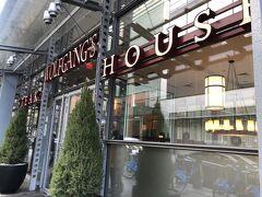 歩いて北上、タイムズスクエア 予約していたウルフギャングステーキハウスへ 数年前大阪で行列に並んで入ったことがあるので本当は違うステーキハウスにしたかったのですが地理的にちょうどよかったんですよね。美味しいこともわかってるし。