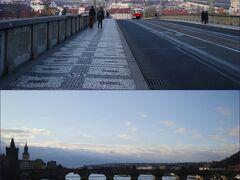 1駅だけ乗車して、、 マーネスーフ橋 Mánesův most を渡ります♪  前方にプラハ城や聖ヴィート大聖堂も見え、、 < るんるん~♪ >  マーネスーフ橋 Manesuv mostから お隣りのカレル橋 Karlův most も見えて、、  < プラハにやって来た~♪って実感、、 >