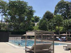 ちょっとプールを見学。さすがに炎天下で泳いでいる人は少なかったです。