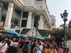エラワン廟(びょう)と呼ばれる寺院 バンコクにおいて最大のパワースポット  ここを曲がるとホテルはすぐ