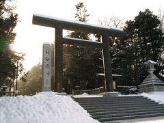 北海道神宮  冬の北海道神宮にお参りするのは初めて。 雪景色の中の大鳥居には神々しさを感じます。