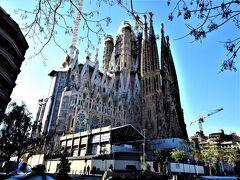サグラダファミリア  1882年3月着工、設計を引き継いだアントニオ・ガウディが1926年に亡くなるまで建築に取り組む。没後100年にあたる2026年完成予定で工事が進んでいる。 1978年から外尾悦郎氏が装飾彫刻に係わり、現在大聖堂の上に建築が進むイエスの塔の芸術工房監督として携わられています。 イエスの塔が完成すると高さ172mの世界一高い教会になります。