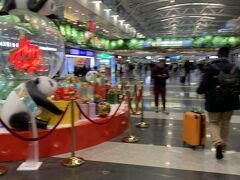 すこし早めに北京首都国際空港に到着。  中国からの出国検査は荷物とボディチェック特に厳しいです。 荷物のチェックは中身全て1個づつ出して開けてみてチェックし、 ボディチェックは舐めるように機械でチェックします。 なのでイミグレ混んでなかったわりには ここの検査は込み合って時間がかかりました。