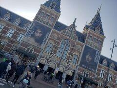 歩いて5分くらいでアムステルダム国立美術館に着きます。