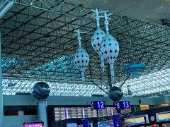 約1時間で桃園国際空港第2ターミナルに着きました。  ここでは、昨年10月から自動手荷物預け機が設置されていて、出発4時間前から手荷物の預け入れができるようになっていました。  なので身軽になって、さっさと出国しましたよ。  これも娘のリサーチのお陰です。
