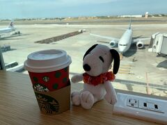 スタバでのんびりコーヒーを飲みながら、いろんな国の飛行機を眺めて(笑)