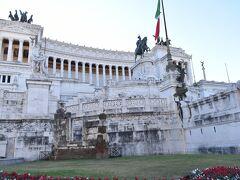 カピトリーニ美術館の後は、コロッセオとフォロ・ロマーノを見学してきたパパと長女とヴィットーリオ・エマヌエーレ2世記念堂で合流です。 この建物は、ローマ市街の中心であるヴェネチア広場にそびえ、幅135メートル、高さは70メートルもの大きさを誇ります。 何度もこの前のロータリーをバスで通りましたが、足を踏み入れるのは初めてです。