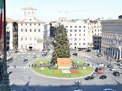 階段を上ったところにある地上80メートルの展望台からの眺めです。 ヴェネチア広場にはクリスマスツリーが立っています。 日本のツリーと比べるとデコレーションがだいぶ地味ですが、本物の木です。 だいぶ大きいですね。 そういえば、ドイツ人の同僚が「日本と違って本物の木を家の中に飾るので、クリスマスになると木の香りが恋しくなる」と言っていたのを思い出しました。
