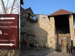 プラハ城 ダリボルカ塔(Daliborka)  黄金小路から出ると、、ダリボルカ塔(Daliborka) そして、、右へ進むと出口、、     < ??? > kuritchiが見学してみたかったロブコヴィツ宮殿(Lobkowiczký palác)は?! 黄金小道の入口があったところに戻ってみると、その途中に ロブコヴィツ宮殿とロジュンベルク宮殿(Aチケット)がありました、、